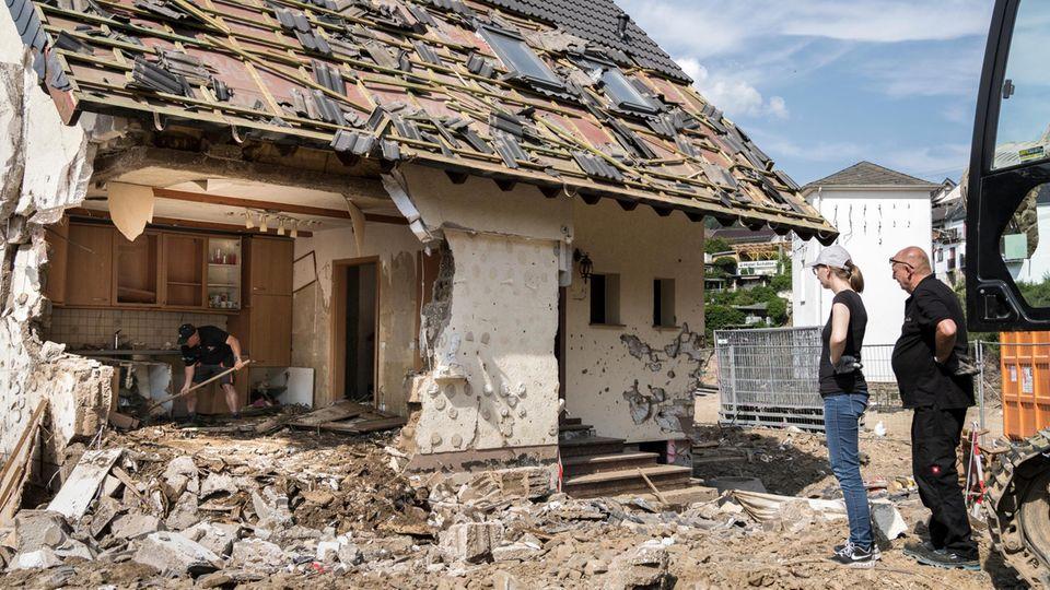 Stanislaw Szpala und seine Tochter nehmen Abschied vom Haus der Familie in Schuld