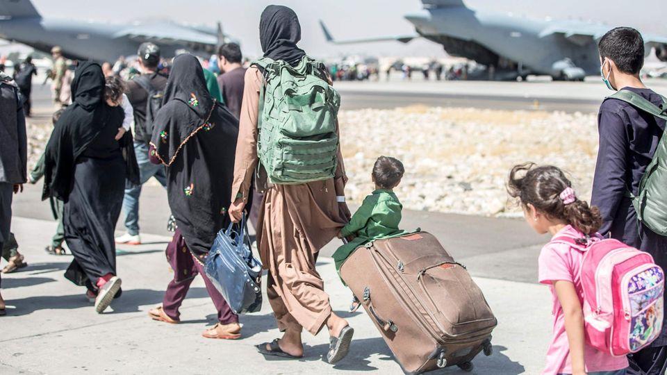 Flug der Hoffnung: Afghanische Frauen und Kinder kurz vor dem Boarding am Flughafen in Kabul