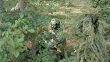 In den Camps wird den Kindern auch das Schießen beigebracht, mit Luftgewehren und manchmal nachgebauten Waffen wie Maschinengewehren und Granatwerfern. Die Camps werden als Gelegenheiten für Abenteuer und Erholung sowie als charakterbildende und anregende Teamarbeit beworben. Auf diesem Foto übt sich Wojtek in Tarnung.
