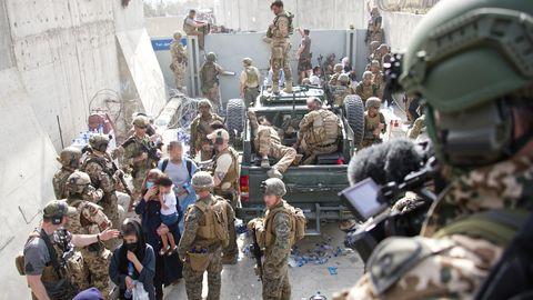 Soldaten sind am Flughafen Kabul im Einsatz