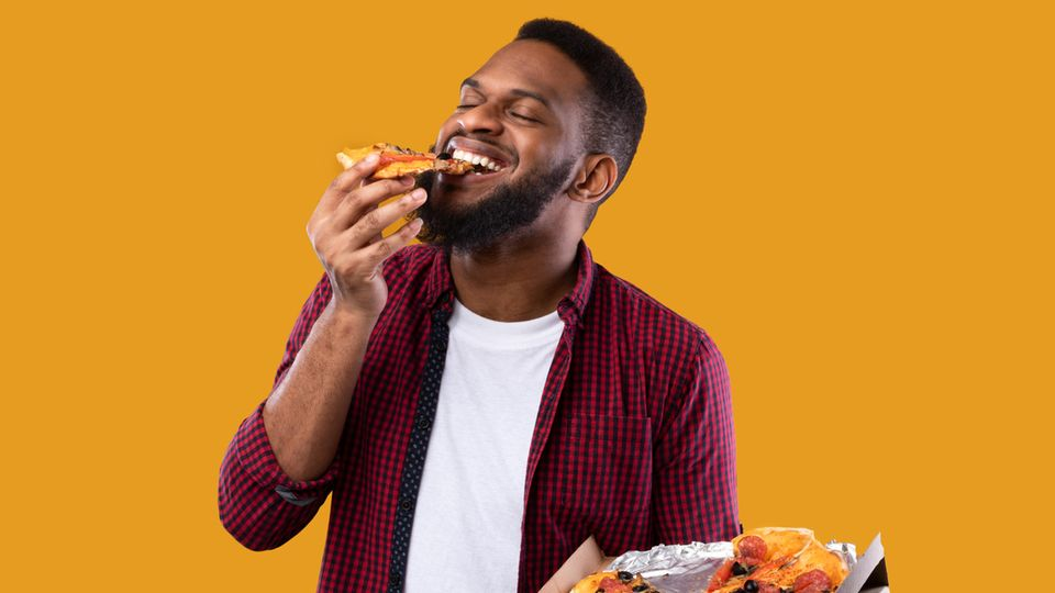 Mann isst Pizza