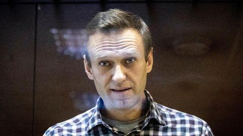 Alexej Nawalny, Oppositionsführer aus Russland, steht hinter einer Scheibe im Moskauer Bezirksgericht