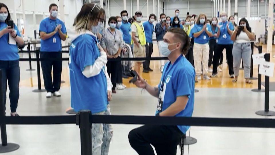 Sie haben sich im Impfzentrum kennen und lieben gelernt - Mann macht seiner Freundin einen Antrag