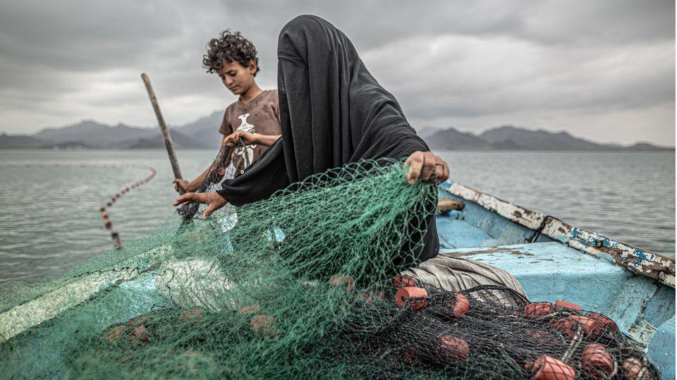 Platz eins beim World Press Photo-Wettbewerb in der Kategorie Zeitgeschehen sicherte sich der argentinische Video- und Foto-Journalist Pablo Tosco. Sein Bild zeigt Fatima und ihren Sohn beim Vorbereiten ihrer Fischernetze im Jemen. Wie Millionen andere sind auch sie Opfer des Bürgerkriegs zwischen den Huti-Rebellen und der Regierung geworden. Der Konflikt begann 2014 und ist nach Unicef-Angaben für die weltweit größte humanitäre Katatsrophe verantwortlich.
