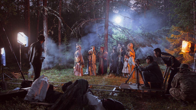 """In der Kategorie Zeitgeschehen Stories belegt die Reihe des russischen Fotografen Alexey Vasilyev über Filmprojekte in der Region Sakha den ersten Platz. Die Kunst dient den Menschen in der Region dazu, alte Traditionen und Geschichten zu bewahren. Das erste Bild zeigt die Dreharbeiten zum zweiten Teil von """"The Old Beyberikeen With Five Cows"""". Die Geschichte basiert auf einem alten Volksmärchen aus der Region Sakha im Nord-Osten der Russischen Föderation."""