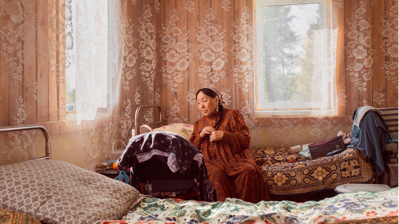 """Isabella Nikolaev ist in Sakha vor allem als Theaterschauspielerin bekannt. Hier bereitet sie sich gerade für ihre Rolle in der historischen Komödie """"Hurried"""" vor. Das Stück basiert auf dem Roman """"Yakut"""" von Nikolai Neustroev."""