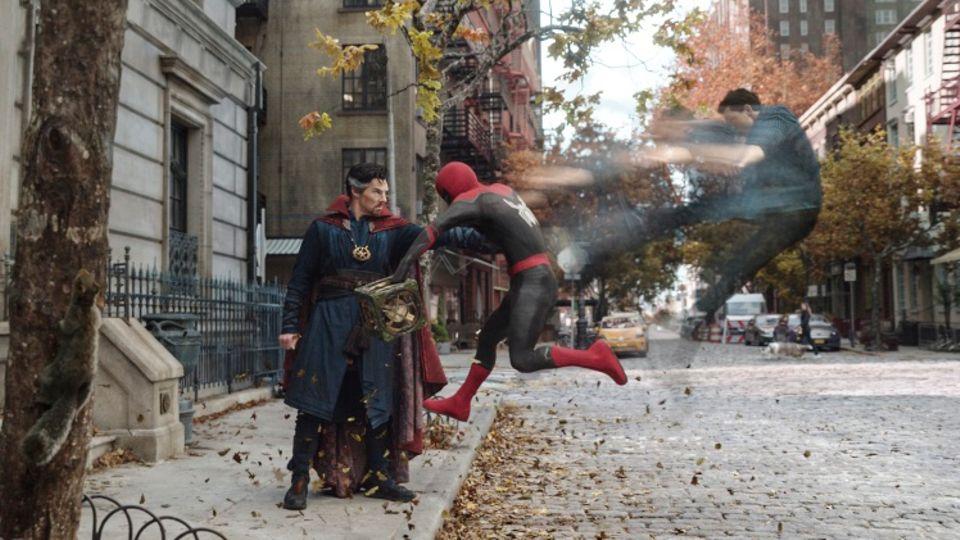 """Szene aus dem Trailer zu """"Spider-Man: No way home"""" von Marvel: Spider-Man kämpft auf der Straße"""