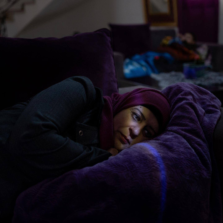 Lydia Rimawi liegt auf ihrem Sofa in Beit Rima, Palästina. Ihr Ehemann Abdul Karim Rimawi wurde 2001 gefangen genommen und zu 25 Jahren Haft verurteilt, weil er an der Ermordung des irsaelischen Tourismusminister Rehavam Ze'evi beteiligt war. Mithilfe künstlicher Befruchtung gebar Lydia 2013 ihren Sohn Majd. Im Jahr darauf wurde Abdul Karim zu einer Geldstrafe von rund 1500 Dollar verurteilt und zwei Jahre von Familienbesuchen ausgeschlossen, weil er sein Sperma illegal aus dem Gefängnis geschmuggelt hatte.