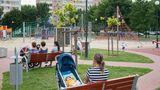 Katarzyna mit ihrer Puppe auf einer Bank. Ihre Kinder spielen auf dem Spielplatz in Warschau (Polen). Wo Katarzyna mit ihren Kindern auch hingeht: Die Babypuppe ist stets mit von der Partie.