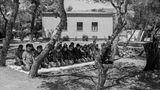 Männer beten unter den Bäumen im Flüchtlingscamp in Schisto, nahe der griechischen Hauptstadt Athen.