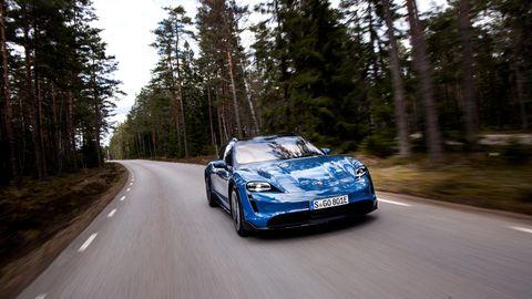 Porsche Taycan auf einer Waldstraße