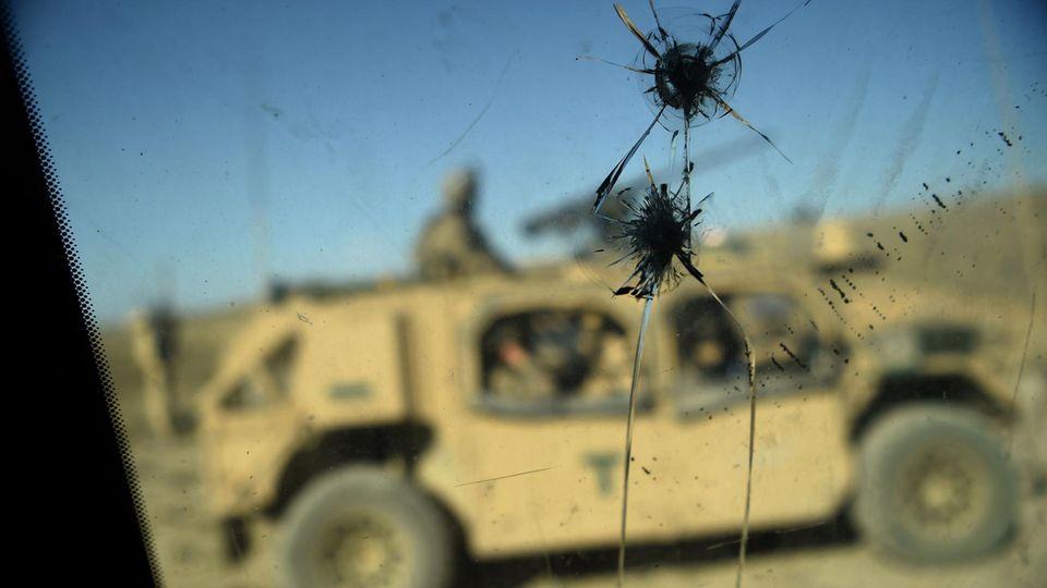 Einschusslöcher an einem US-Militärfahrzeug