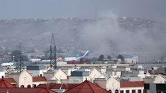 Rauch steigt nach einer Explosion nahe des Flughafens über den Dächern von Kabul auf