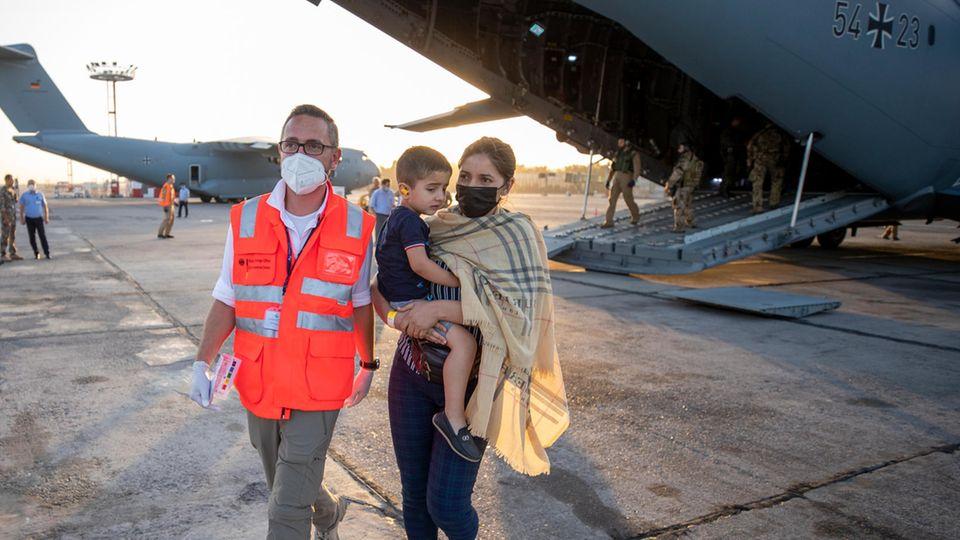 Taschkent, Usbekistan: Eine Afghanin mit Kind verlässt eine Bundeswehrmaschine. Von hier aus geht es weiter nach Deutschland.