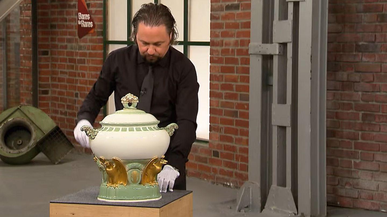 """Wolfgang Pauritsch untersucht im Studio von """"Bares für Rares"""" die riesige Porzellan-Terrine."""