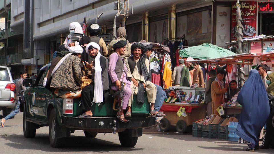 Taliban-Kämpfer patrouillieren durch eine Straße in Kabul