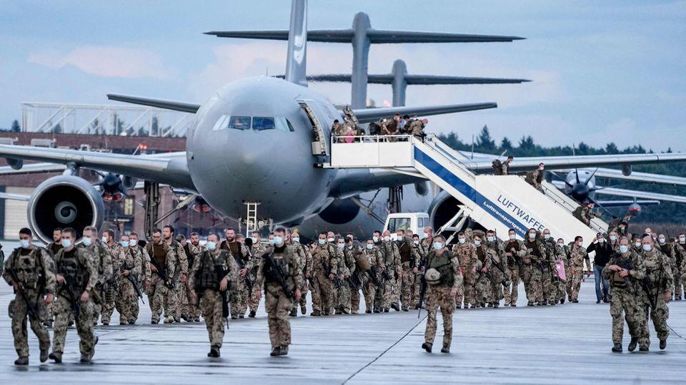 Soldaten der Bundeswehr verlassen Transportmaschinen der Luftwaffe