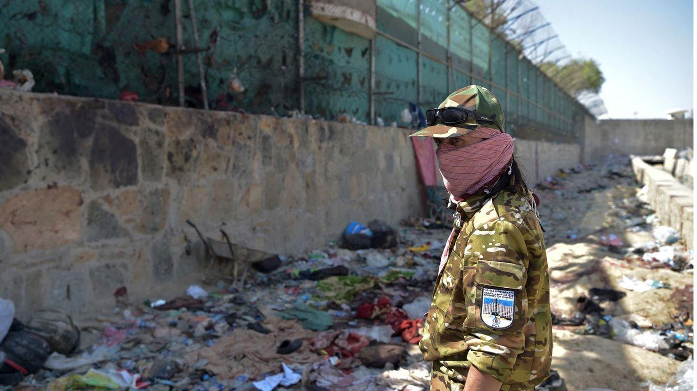 Ein Soldat an der Stelle der IS-Selbstmordanschlags vor dem Flughafen Kabul