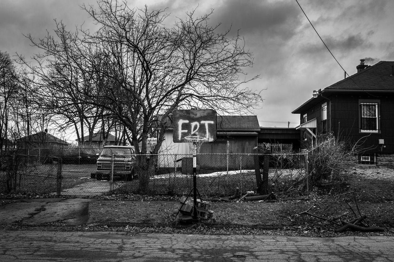"""""""Those Who Stay Will Be Champions"""" lautet der Titel der Photo Story von Chris Donovan aus Kanada, die für den World Press Award nominiert wurde. Sie erzählt vom Basketballteam Flint Jaguars in der Geburtsstadt von General Motors, Flint im US-Staat Michigan. Das 2017 gegründete Team verkörpertBemühungen, Stabilität zu fördern, gegenseitige Unterstützung zu fördern und den Gemeinschaftsgeist in einer ums Überleben kämpfenden Stadt zu stärken. Flint kämpft nach dem steilen Niedergang der Automobilindustrie gegen Abwanderung,einer Gesundheitskrise, die durch den Wechsel der Wasserversorgungsquellen ohne angemessene Schutzmaßnahmen durch die Behörden verursacht wurde, und der systemischen Vernachlässigung von Armut, vor allem SchwarzerNachbarschaften. Basketball ist hier ein wichtiger Bestandteil der Kultur. """"FDT"""" steht auf dem Schild an einem Basketballnetz, das neben einer Straße in Flint zu sehen ist. """"FDT"""" ist ein Akronym, das auf einem beliebten Protestlied gegenEx-US-Präsident Donald Trump basiert."""