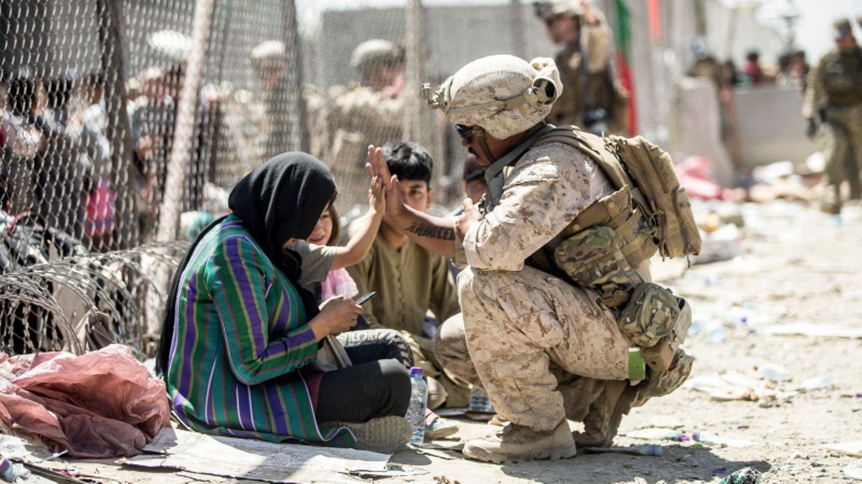 Ein US-Marinesoldat gibt einem Kind am Flughafen von Kabul ein High Five