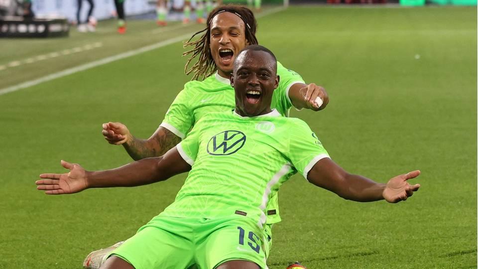 Jerome Roussillon und Kevin Mbabu bejubeln den Siegtreffer gegen RB Leipzig