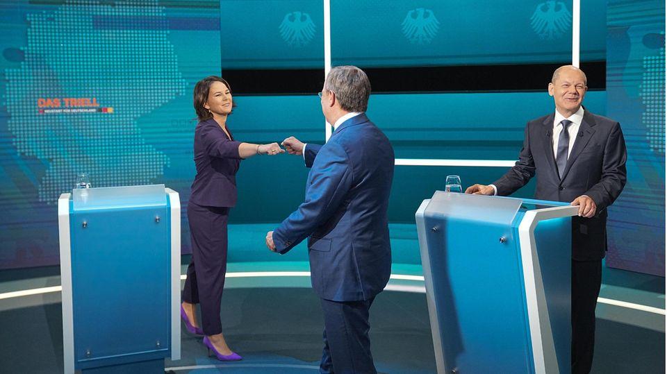 Die Kanzlerkandidaten Armin Laschet (M., CDU), Annalena Baerbock (l., Bündnis 90/Die Grünen) und Olaf Scholz (SPD) begrüßen sich vor dem TV-Triell von RTL und n-tv