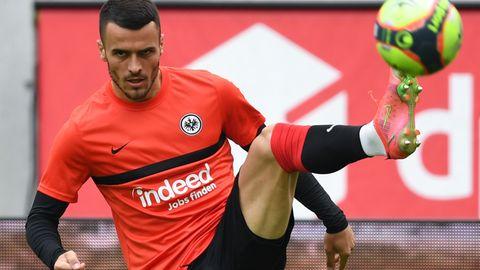 Streikt für seine Freigabe: Frankfurts Filip Kostic weigerte sich am Samstag zu spielen. Höhepunkt des Transfer-Chaos an den ersten Spieltagen der neuen Bundesligasaison.