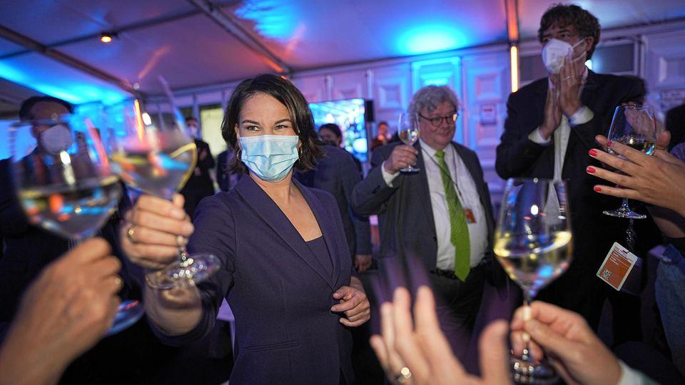Annalena Baerbock feiert nach dem Auftritt