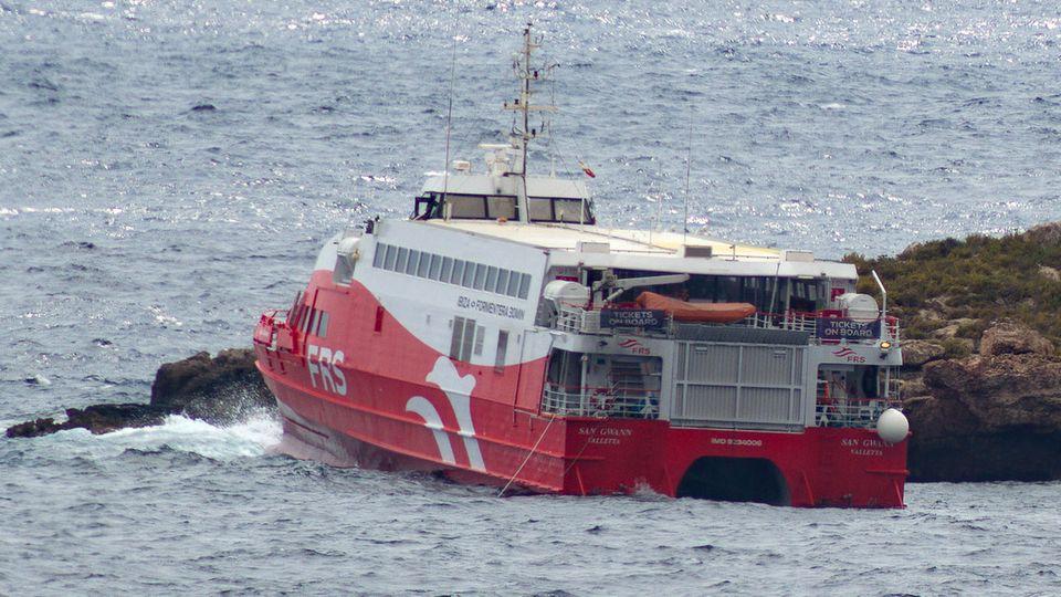 """Die Fähre """"San Gwann"""" der Reederei FRS ist auf der kleinen Insel zwischen Ibiza und Formentera auf Grund gelaufen"""