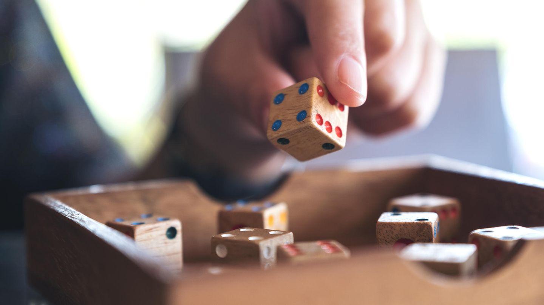 Würfelspiele nutzen den Zufall als Spielbestandteil. Das sorgt nicht nur für Spannung, sondern auch für Überraschungen