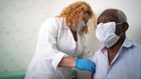 Frau impft Mann