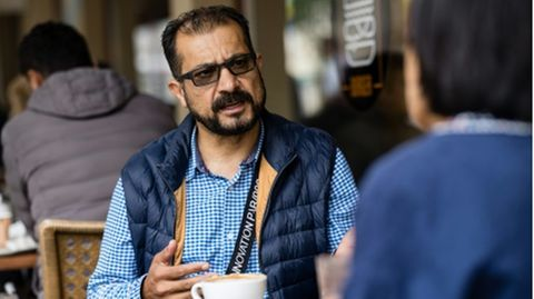 Afghanistans Ex-Minister Sayes Sadaat beim AFP-Interview in Leipzig