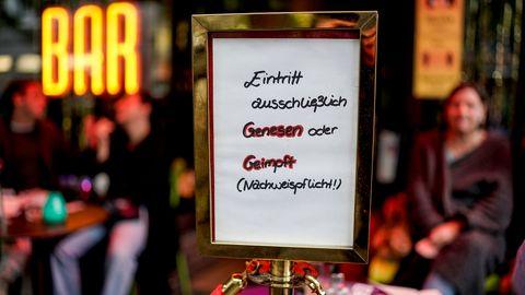 Ein Schild weist darauf hin, dass eine Bar nur geimpfte und genesene Gäste empfängt