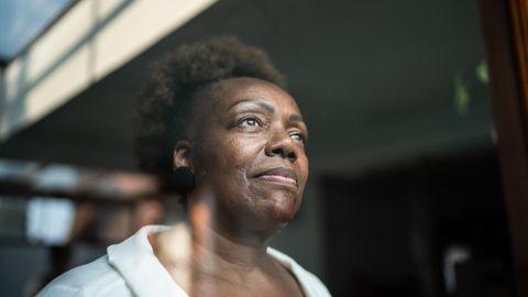 Eine Frau blickt gedankenverloren in die Ferne