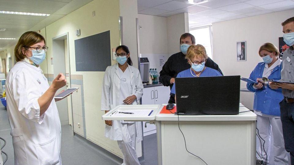 Clinic Director Raab in a team meeting