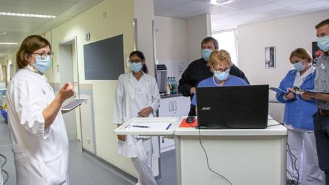 Klinik-Leiterin Raab in einer Teambesprechung