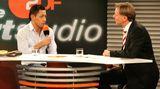 """So werden ihn die meisten Fernsehzuschauer in Erinnerung behalten: Wolf-Dieter Poschmann beim konzentrierten Interview im """"AktuellenSportstudio"""". Von 1994 bis 2011 moderierte er die Sendung. Seit1986 arbeitete """"Poschi"""" für das ZDF, zunächst als Hospitant, dann als freier Mitarbeiter der Hauptredaktion Sport. 1993 wurde er fest angestellter Redakteur, schon zwei Jahre später wurde er zum Leiter der Hauptredaktion Sport befördert."""