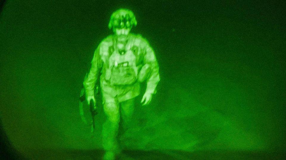 Abzug aus Afghanistan: US-Generalmajor Chris Donahue betritt eine C-17-Maschine