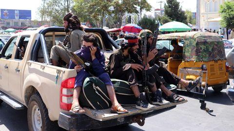 Mehere Taliban-Kämpfer fahren auf der Ladefläche eines Pickup-Trucks durch Kabul