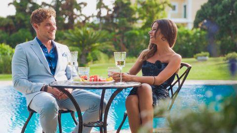 Raphael und Maxime sitzen am Tisch und trinken Sekt