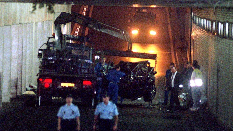 Französische Polizeibeamte verladen in Paris das Fahrzeugwrack, in dem Prinzessin Diana umgekommen ist