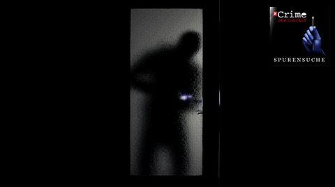 Silhouette eines Menschen hinter einer Glastür