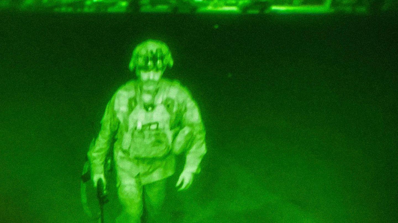 Generalmajor Chris Donahue, letztes Mitglied der US-Streitkräfte, besteigt ein Frachtflugzeug