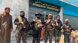 Kämpfer der Taliban stehen nach dem Abzug der USA auf dem internationalen Flughafen Hamid Karzai.