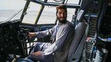 Ein Kämpfer der Taliban sitzt im Cockpit eines Flugzeugs der afghanischen Air Force