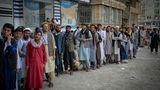 Afghanen warten darauf, dass die Banken in Kabul öffnen
