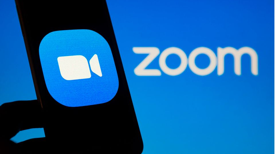 Das Zoom-Logo auf einem Smartphone Bildschirm.