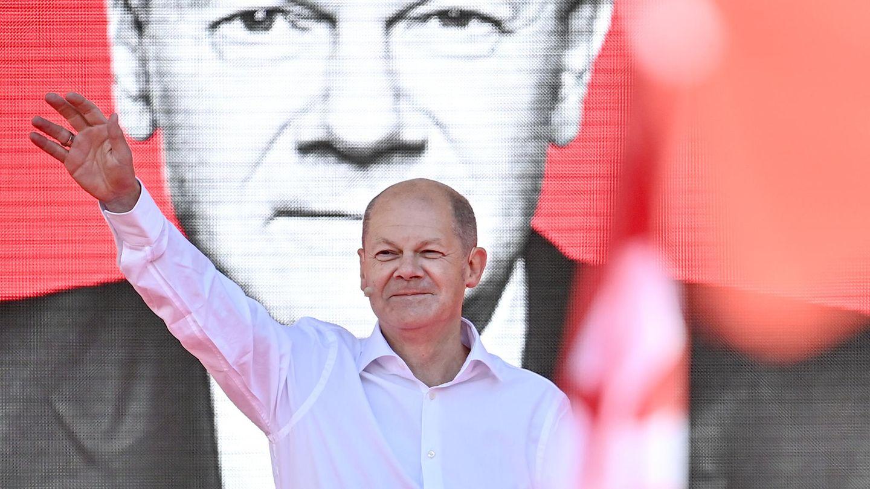 Bundesfinanzminister Olaf Scholz, Kanzlerkandidat der SPD, winkt bei einer Wahlkampfkundgebung