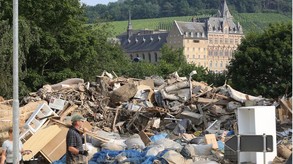 Aufräumarbeiten an der Ahr. Im Hintergrund ist das Kloster Calvarienberg zu sehen, das mit Hilfe von Spenden der stern-Leserinnen und -Leser zur Nutzung durch Schulklassen und Kindergärten umgebaut wird