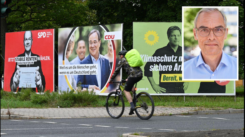 Ein Radfahrer fährt an großen Wahlplakaten mit den Spitzenkandidaten der Bundestagswahl vorbei